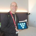 Fábio Karlguth, da Wanna Dreams, mostrando toda a tecnologia dos quartos do Aventura Hotel, nos quais há um tablet que controla tudo