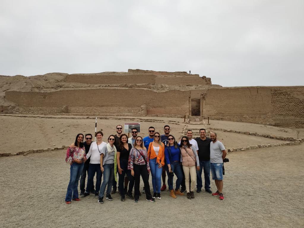 Grupo de colaboradores da Abreu nas Ruínas de Pachacamac