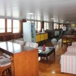 O salão de jantar principal é equipado com sofás e espaços comuns para convivência