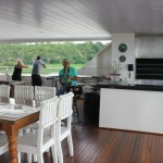 O deck é equipado com churrasqueira