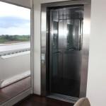 O barco também é equipado com elevadores para transitar entre seus quatro andares
