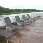 Cadeiras de sol instaladas no último deck, ao redor da piscina