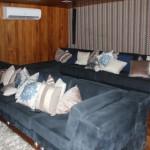 Sofás da sala de TV e Cinema da embarcação
