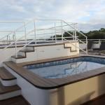 Jacuzzi e piscina adulto no deck solarium