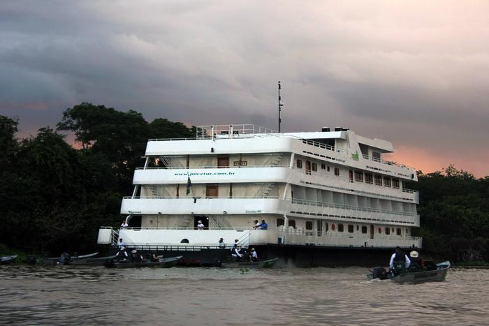O barco hotel Kayamã
