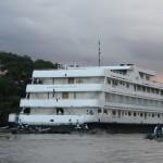 O barco de quatro andares é propriedade da Joicetur