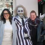 Lora Sauls e Celiana Clavel, da Universal, com personagem do filme Os Fantasmas se divertem