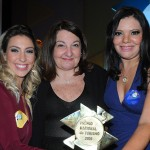 Magda Nassar, presidente da Abav Nacional, com as ganhadoras com o projeto de capacitação básica para profissionais do turismo sobre autismo