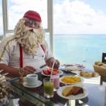 Papai Noel desfrutando da gastronomia local