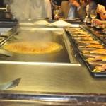 Preparação de pratos no restaurante Tepaniaki