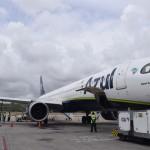 Avião sendo reabastecido para a próxima rota