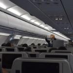 Comissária de bordo passando as orientações no início do voo