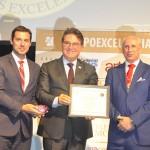 Eduardo Zorzanello entrega o prêmio Silvia Zorzanello a Vinicius Lummertz