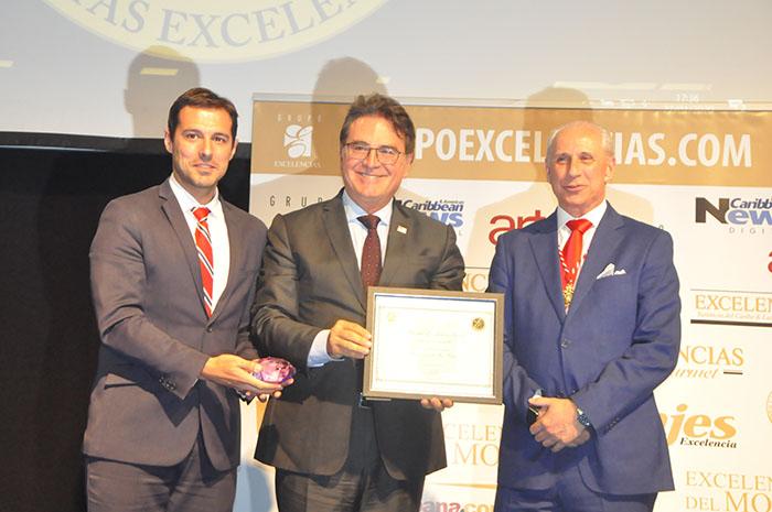 José Carlos de Santiago, presidente do Grupo Excelências, e Eduardo Zorzanello entregam o prêmio Silvia Zorzanello a Vinicius Lummertz