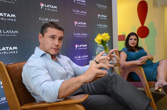 Igor Miranda e Gabriela Mundim, da Latam, realizaram uma pequena coletiva de imprensa durante o evento
