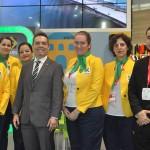 João Baptsita Neto e Paulo Neves, da Embratur, com a equipe de recepcionistas do estande do Brasil