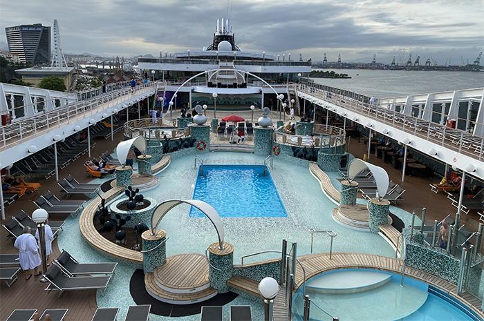 Parte externa do navio com piscinas e área de lazer