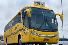 Ônibus da Azul vira táxi de nova-iorquino para promover novo voo