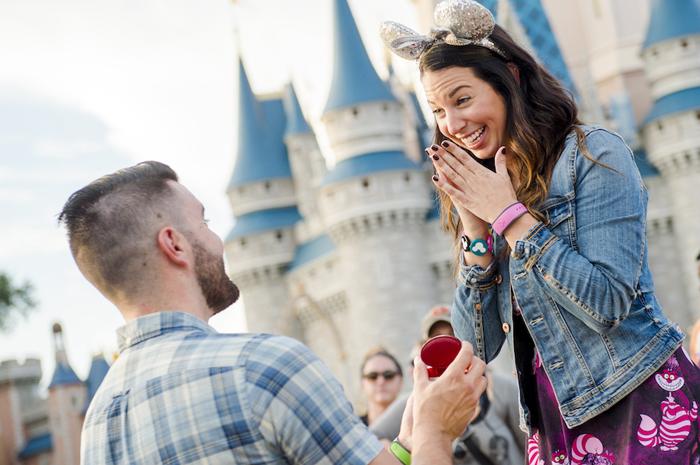 A sessão de fotos oficial da Disney disponibiliza locais exclusivos em frente ao Castelo da Cinderela