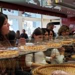 Agentes provando os doces libaneses