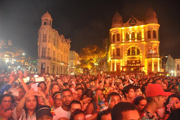 O Carnaval de Recife de 2020 teve início no Marco Zero, um dos principais pontos turísicos do Recife Antigo
