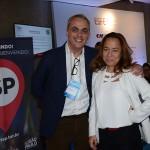 Enzo Avezum, da Itour, com Roberta Yoshida, do Grupo Radar