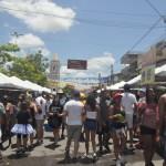 Existem diversas barracas de comida e artesanatos no centro da cidade
