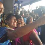 Gaby Amarantos fez selfie com os fãs no Camarote do Galo