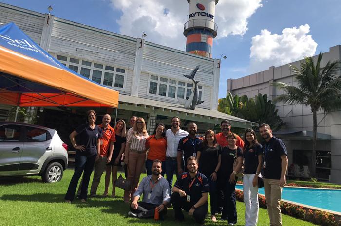 Grupo de visitantes na área externa da nova sede da Flytour