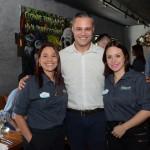 Márcio Nogueira, do HotelIdo, entre Cristina Muniz e Karen Amorim, do SeaWorld