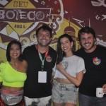 Maria Eduarda Campos e Gustavo Satou, proprietário do bar e camarote Seu Boteco, ao lado da blogueira, Camila Coutinho, e Rafael Figlioulo, sócio do bar