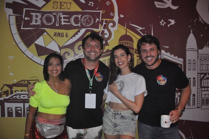 Maria Eduarda Campos e Gustavo Satou, proprietário do bar e camarote Seu Boteco; ao lado da blogueira Camila Coutinho, e Rafael Figlioulo, sócio do bar