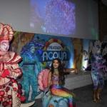 Personagens aquáticos fazem performance para apresentar o novo parque aquático