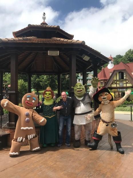 Fernando Fiszbein foi recebido pela turma do Shrek no parque