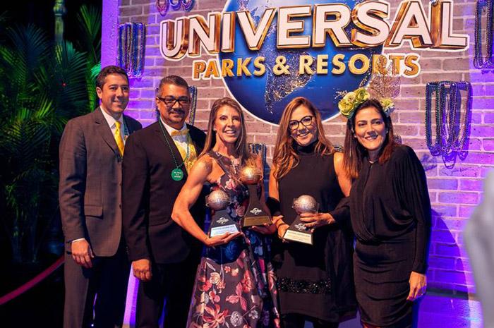 Marcos Barros, Felipe Hernandez e Gabriella Cavalheiro, da Universal Parks & Resorts, com Fabiana Tourinho e Manuela Carvalho, da Kaluah Tours - uma das premiadas da noite