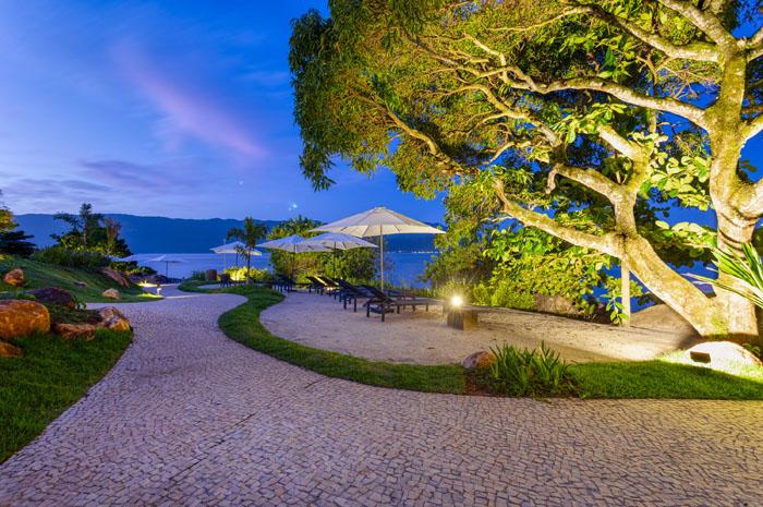 O resort está localizado na Praia do Veloso, em Ilhabela