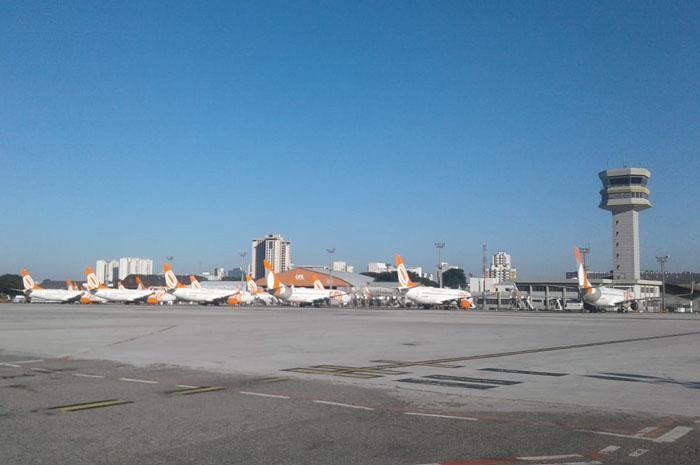 Aeronaaves da Gol paradas no pátio de aeronaves