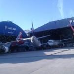 Aeronaves da Latam estacionadas no hangar em Congonhas