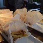 Batata frita servida no 'Oxente', bar de snacks ao lado das piscinas