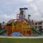 Brinquedos aquáticos na piscina para crianças