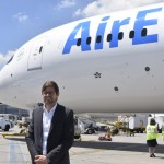Gonzalo Romero ao lado do Boeing 787-9 Dreamliner da Air Europa
