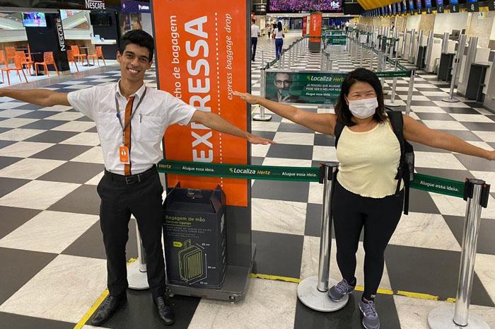 Profissional de saúde no check-in da GOL no aeroporto de Congonhas, em São Paulo, rumo ao Santos Dumont, no Rio de Janeiro, embarque gratuito no combate ao Covid-19