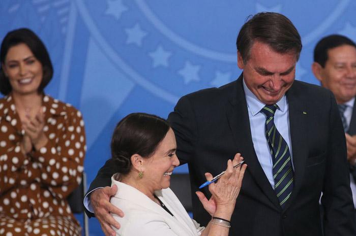 O presidente Jair Bolsonaro dá posse à secretária especial da Cultura do Ministério do Turismo, Regina Duarte (Foto: Antonio Cruz/Agência Brasil)