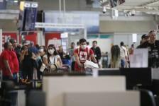Equipes da SES-RJ medem temperatura de passageiros no Aeroporto Santos Dumont