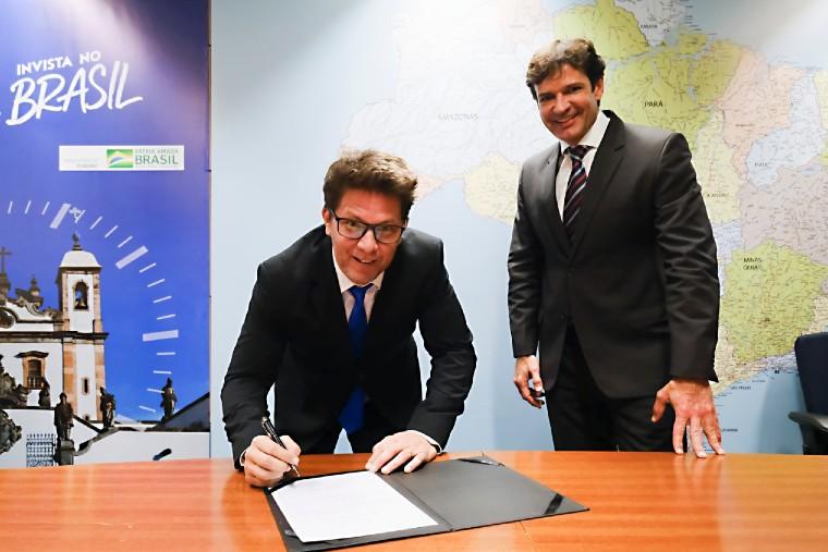 Mário Frias assinou termo de posse na última terça-feira.(Foto: Roberto Castro/MTur)