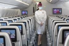 Qatar Airways passa a exigir máscara e escudo facial em voos