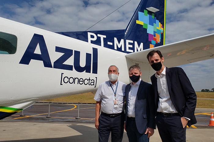 John Rodgerson, presidente da Azul, ao lado de Flávio Costa, vice-presidente Técnico Operacional, e Ronei Glanzmann, secretário nacional de aviação civil, junto a nova aeronave da Azul Conecta (Foto: Gabriel Toledano)