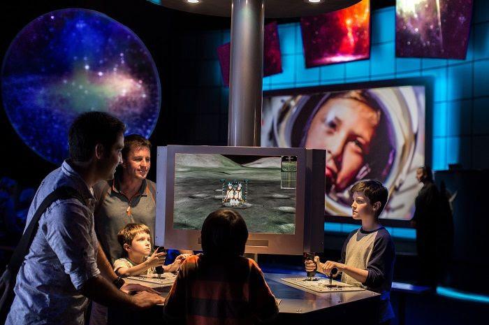 Os visitantes podem experimentar a vida em Marte por meio de atividades interativas, como simuladores de pouso e simuladores de acoplamento orbital.