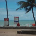 Em Boa Viagem a cada 100 m placas informam cuidados na praia com tubarões