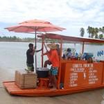 No Pontal do Maracaípe jangadas oferecem bebidas e salgados